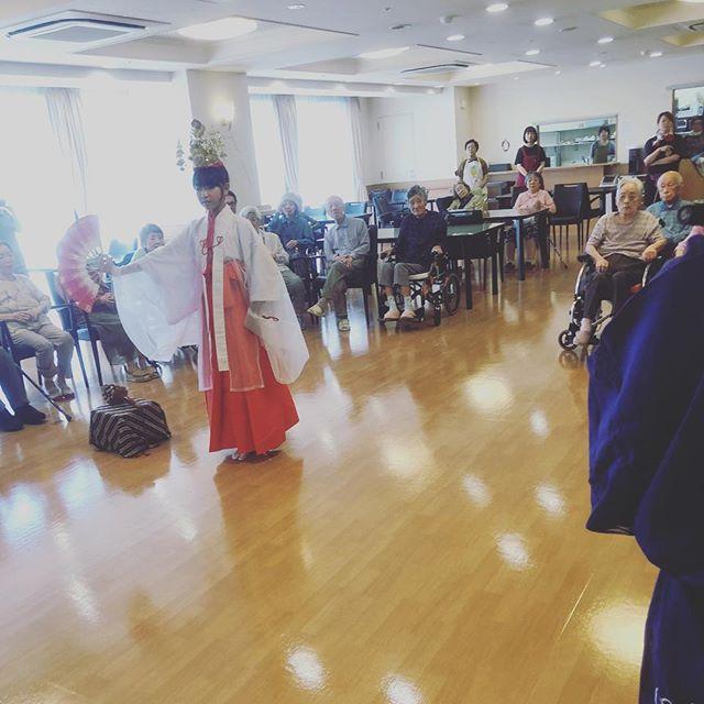 老人ホームで巫女舞!お盆の時期に家に帰れないご高齢の方の為にまだまだ予約受け付けております。 #老人ホーム #巫女舞 #お盆